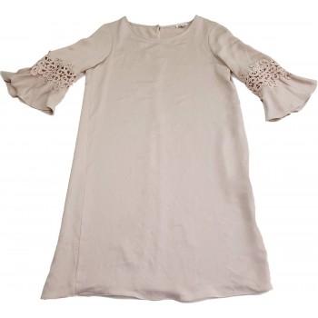 Díszes ujjú bézs ruha (32-34)